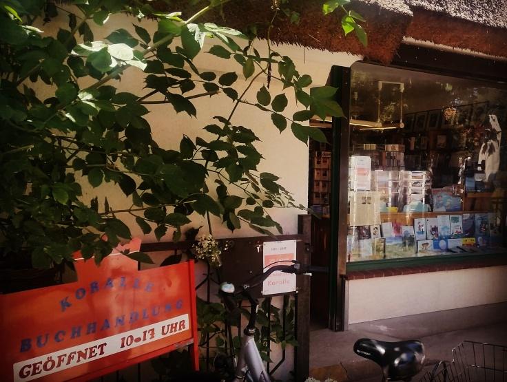 """Der Eingang und das Schaufenster der Buchhandlung """"Koralle"""" auf Hiddensee."""